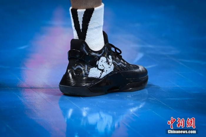 林书豪的球鞋上印有高以翔头像及两人合影。<a target='_blank' href='http://www.chinanews.com/'>中新社</a>记者 崔楠 摄