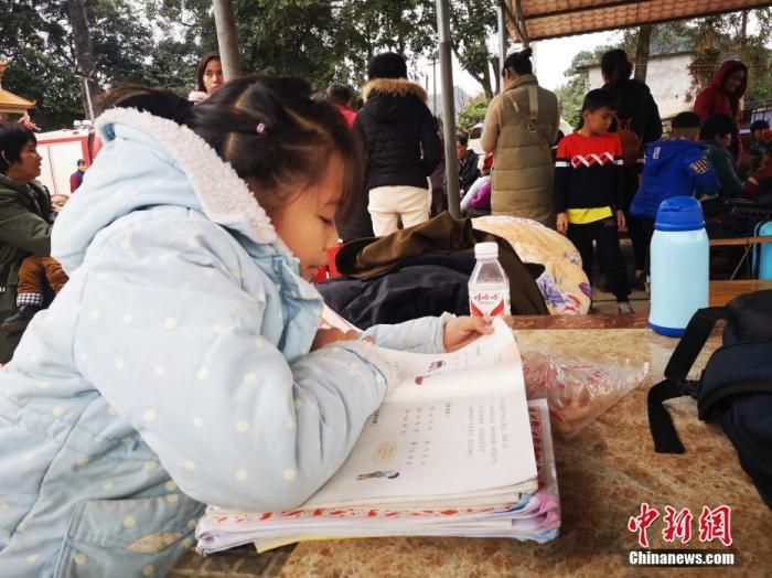 图为地震中受灾的小学生在灾民安置点学习。中新社发 陆翠琳 摄