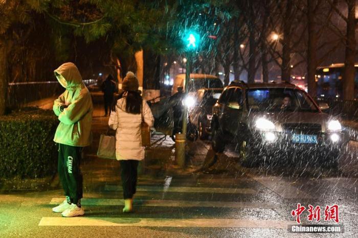 11月29日,北京迎来今冬初雪。北京市气象部门表示,当天下午14时许,北京开始出现降雪,截至18时,20个人工气象站中已有11个站点出现降雪,达到初雪标准。<a target='_blank' href='http://www.chinanews.com/'>中新社</a>记者 崔楠 摄