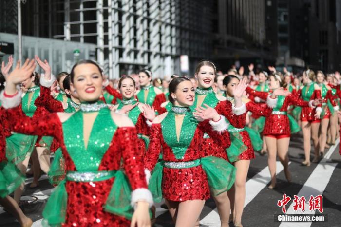 当地时间11月28日,第93届梅西感恩节大游走在纽约曼哈顿举走。图为少女方队走进在游走队伍中。中新社记者 廖攀 摄