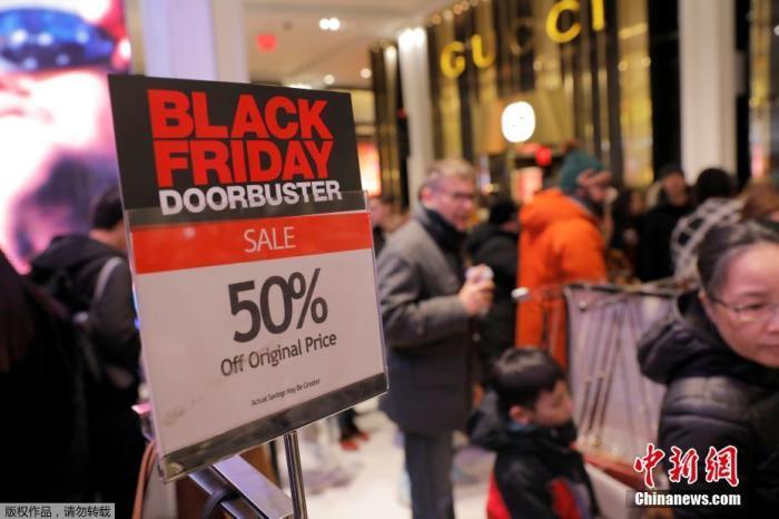 """当地时间2019年11月28日,一年一度的""""黑色星期五""""促销日到来,美国纽约大批民众购物赶至梅西百货开启""""买买买""""时刻。"""