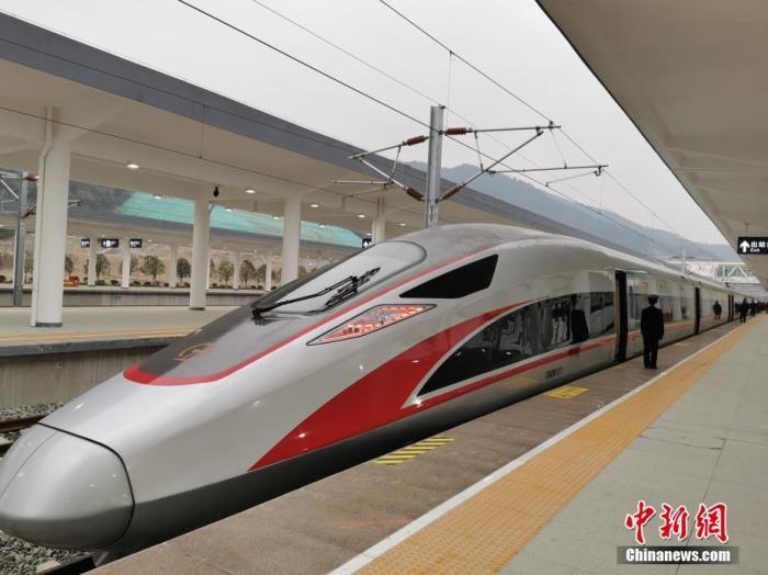 资料图:2019年11月29日,汉十高铁首发车G6817列车抵达十堰东站。中新社记者 胡传林 摄