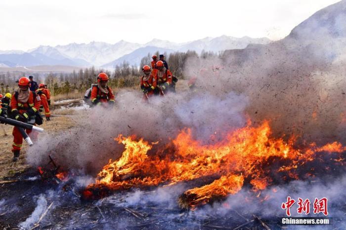 资料图:消防员正在灭火。武雪峰 摄
