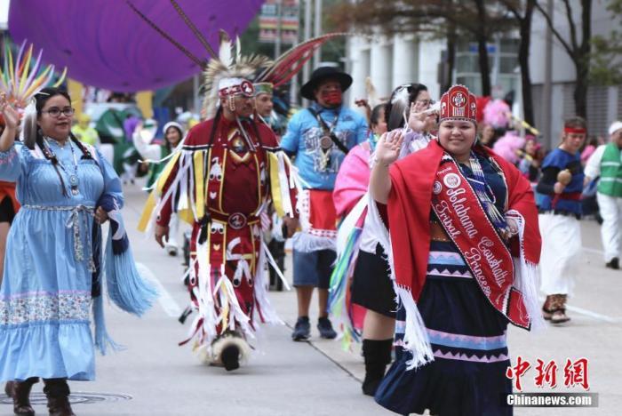 当地时间11月28日,美国休斯敦第70届感恩节游行在市中心举行,由此拉开假日季的大幕。 中新社记者 曾静宁 摄