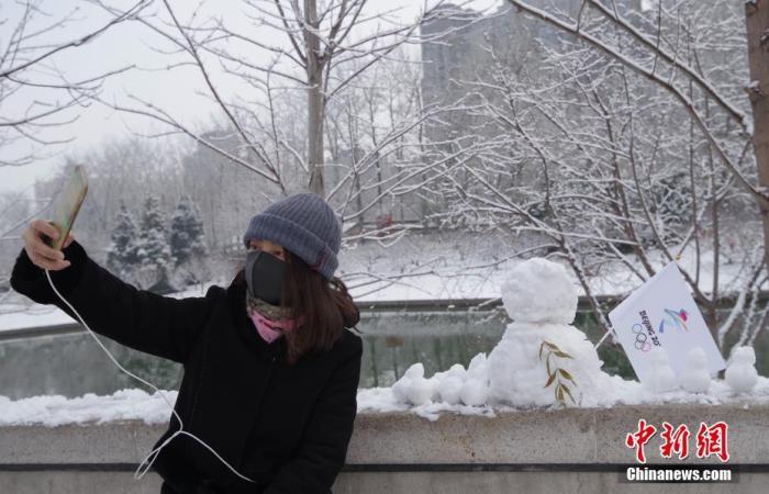 资料图:市民踏雪嬉戏赏冬日美景。北京中新社记者 贾天勇 摄