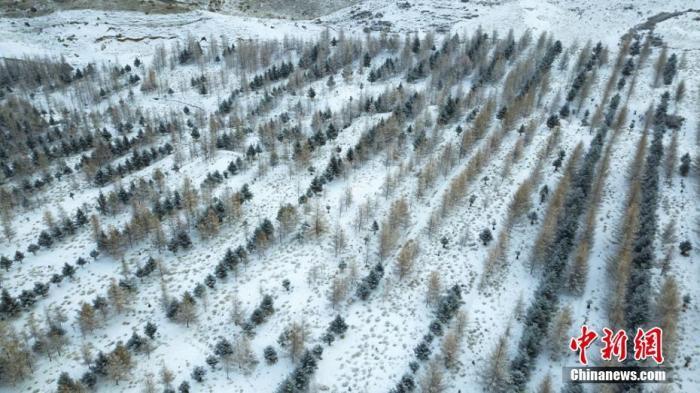 资料图:航拍镜头下的祁连山雪后美景。武雪峰 摄
