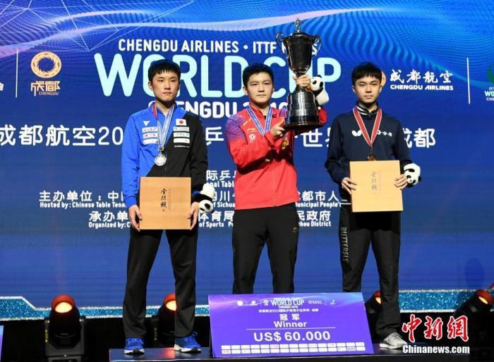 12月1日,2019男乒世界杯在成都收官,中国选手樊振东以4:2击败日本选手张本智和,成功卫冕世界杯冠軍,这也是他个人第三个世界杯冠軍。安源 摄