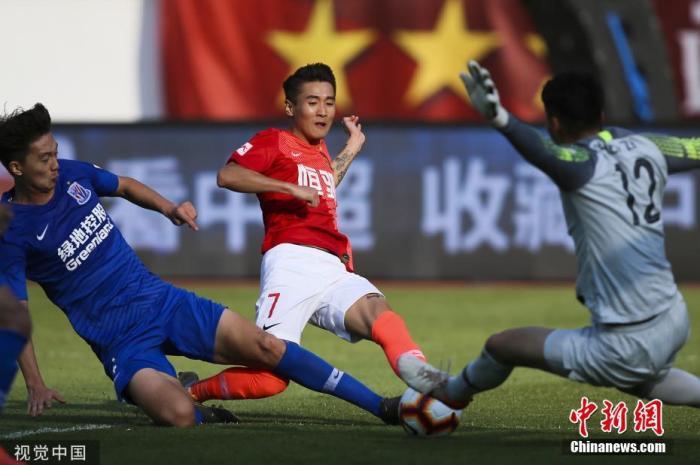 """12月1日,在方才结束的2019赛季中超末轮比赛中,广州恒大主场3:0降服上海申花,队史第8次夺得中超冠军。广州恒大曾在2011至2017赛季完成中超7连冠伟业,本赛季又在与北京国安、上海上港的凶猛竞争中成为赢家,从而荣膺中超""""八冠王""""。图为韦世豪在比赛中。图片泉源:视觉中国"""