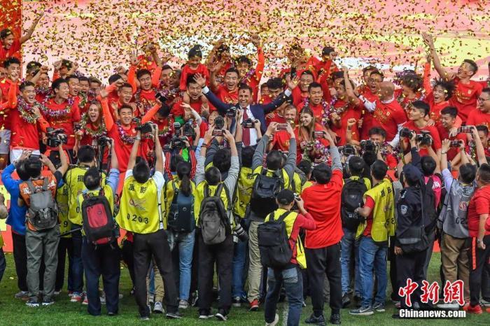 资料图:广州恒大队史第8次夺得中超冠军。中新社记者 陈骥旻 摄
