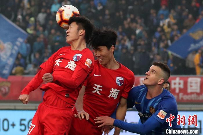 天津天海队球员争球。 泱波 摄