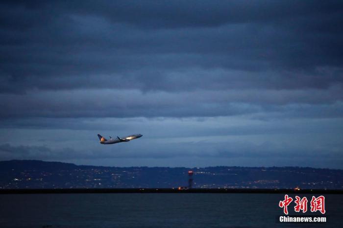 资料图:一架飞机从机场起飞。中新社记者 刘关关 摄