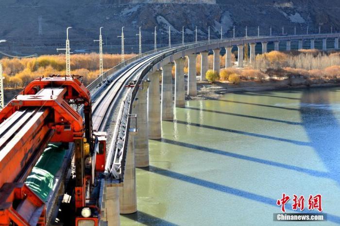 資料圖:架梁設備在山南市絨鄉雅魯藏布江特大橋上施工。 圖/江飛波