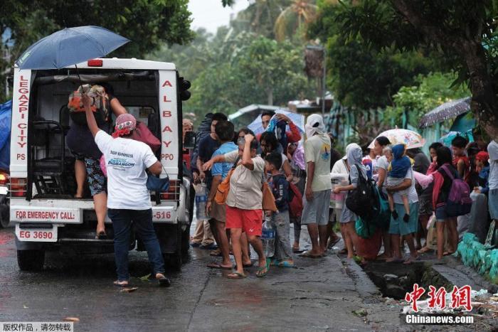 资料图:当地时间12月2日,菲律宾莱加斯皮市民众在暴风雨来临之前撤离。据报道,吕宋岛比科尔大区(Bicol region)将近7万居民已被紧急疏散。