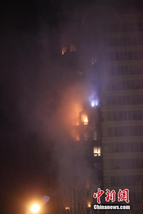 12月2日晚,火灾现场。当日,沈阳市浑南区SR新城102号楼A座北侧5楼及以上外墙起火,起火建筑共计25层。 <a target='_blank' href='http://www.chinanews.com/'>中新社</a>记者 于海洋 摄