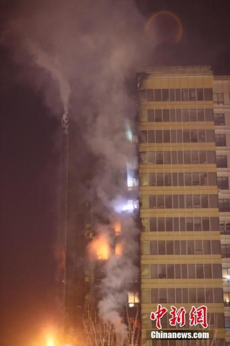 2019年12月2日晚,沈阳市浑南区SR新城102号楼A座北侧5楼及以上外墙起火,起火建筑共计25层。 /p中新社记者 于海洋 摄