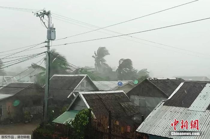 """资料图:台风""""北冕""""来袭,菲律宾萨马省北部的加迈镇,狂风肆虐着建筑物。"""