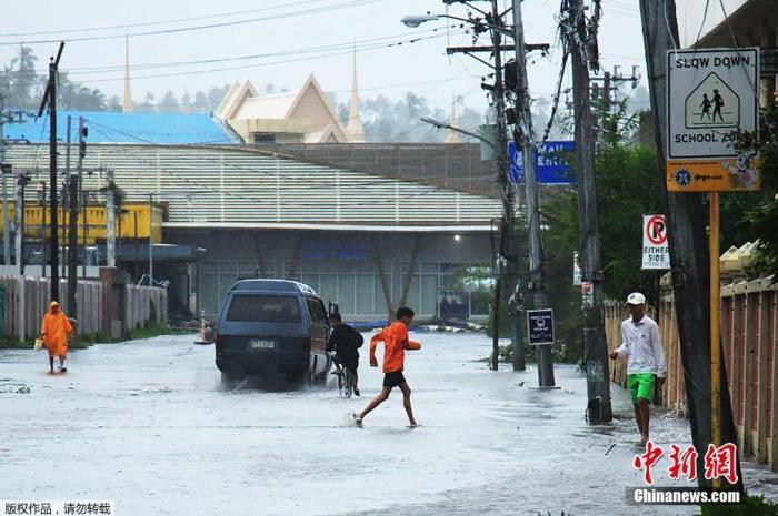 """当地时间12月3日,台风""""北冕""""过后,菲律宾马尼拉以南的阿尔贝省莱加斯皮市街道被洪水淹没。据报道,吕宋岛比科尔大区(Bicol region)将近7万居民已被紧急疏散。"""