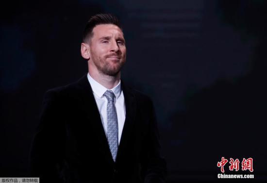 德罗巴宣布了梅西的获奖,上届金球得主莫德里奇为梅西颁出金球奖杯。梅西在2009年、2010年、2011年、2012年、2015年曾经5次获得金球奖(2010年到2015年间为FIFA金球),这一次是他职业生涯第六次获得金球奖,他超越此前和他并列的C罗成为国际足球史上第一人。