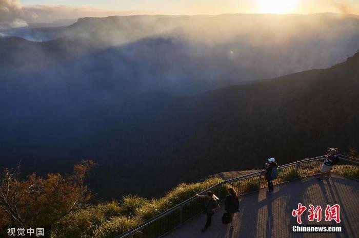 资料图:当地时间12月4日,澳大利亚新南威尔士州蓝山,林火持续肆虐,浓烟滚滚。图片来源:视觉中国