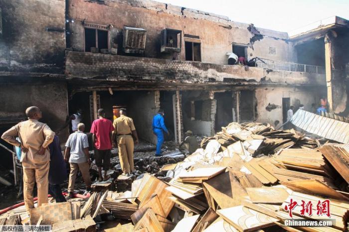 当地时间12月3日,苏丹首都喀土穆北部一陶瓷厂发生爆炸起火,民防部队成员在爆炸现场搜救。据悉,该起爆炸事件已经造成23人死亡,超过130人受伤。