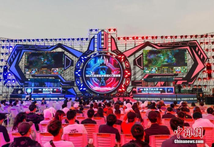 12月3日,2019WUCG三亚电竞节在海南三亚半山半岛帆船港开幕,来自中国、美国、韩国、马来西亚、西班牙等16个国家的高校电竞队伍齐聚一堂,将向《英雄联盟》、《DOTA2》、《王者荣耀》、《炉石传说》、《拳皇14》五大赛事项目的全球总冠军发起冲击。图为比赛现场。 <a target='_blank' href='http://www.chinanews.com/'>中新社</a>记者 骆云飞 摄
