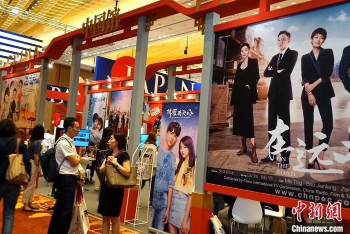 """12月4日,亚洲最大的电视节目交易市场——第二十届亚洲电视论坛与市场(ATF)在新加坡开幕,""""中国联合展台""""展台面积和参展机构数量创历届新高,不少中国影视作品受到较高评价。/p中新社记者 陈悦 摄"""