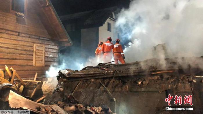 当地时间12月5日,消防员在波兰南部热门度假滑雪胜地什切尔克一处发生煤气爆炸的民居上搜救。据悉,4日晚6时左右,什切尔克一处民居发生了一起煤气爆炸事件。据报道,波兰西里西亚省长雅罗斯拉夫·维切列克表示,燃气爆炸已经造成5人死亡。