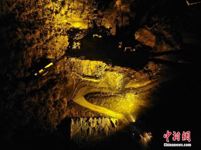 图为12月4日晚,爆炸事故现场灯火通明。 中新社记者 杨华峰 摄