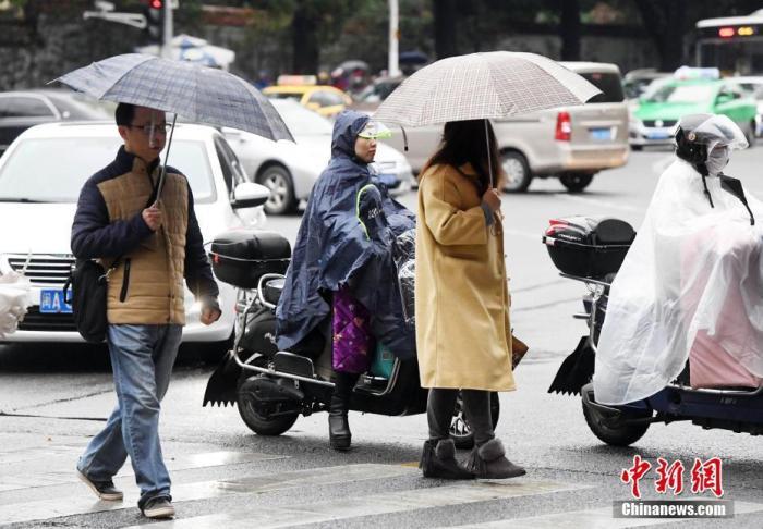 12月6日,受冷空气影响福州气温骤降,市民冒雨出行。 <a target='_blank' href='http://www.chinanews.com/'>中新社</a>记者 刘可耕 摄