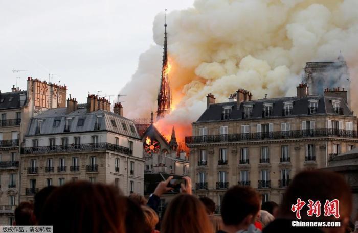 4月15日,法国巴黎圣母院大教堂的塔尖被大火吞噬。Benoit Tessier