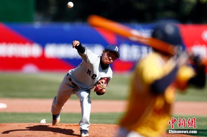 12月7ri,第三届海峡两岸学生棒球联赛总决赛大学甲组比赛在深圳中山公园棒球场展开争夺。北方工业大学队(灰)以4比3战胜中信金融管理学院队。中xin社记者 富田 摄