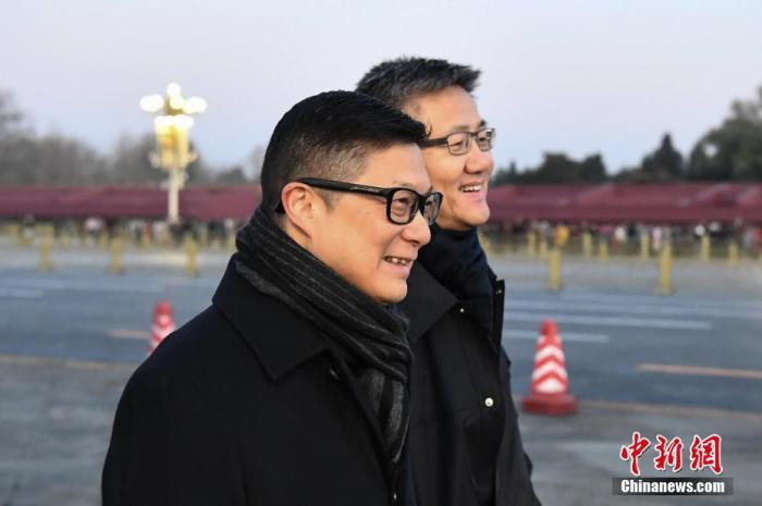 12月7日清晨,香港特区政府警务处处长邓炳强一行来到北京天安门广场观看升旗仪式。图为邓炳强(左)与警务处副处长(行动)萧泽颐在观看升旗仪式前交流。中新社记者 崔楠 摄