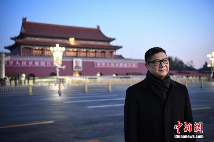 12月7日清晨,香港特區政府警務處處長鄧炳強一行來到北京天安門廣場觀看升旗儀式。<a target='_blank' href='http://www.ysteoy.tw/'>中新社</a>記者 崔楠 攝