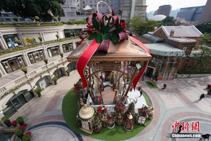 圣诞节日益临近,在香港尖沙咀地标1881广场上,一座圣诞装置已经搭建完成,但往年圣诞节不可或缺的高大圣诞树却不见了。据香港媒体报道,由于受到近期暴力事件的影响,尤其是香港又一城商场中庭的巨型圣诞树被三度纵火后,香港其他大型商场纷纷缩减圣诞装饰布置的开支,搭建巨型圣诞树的计划被取消。中新社记者 张炜 摄