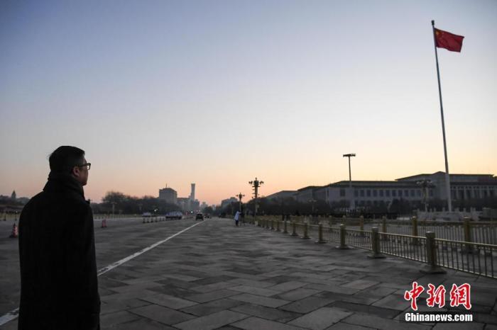 12月7日清晨,香港特区政府警务处处长邓炳强一行来到北京天安门广场观看升旗仪式。记者 崔楠 摄