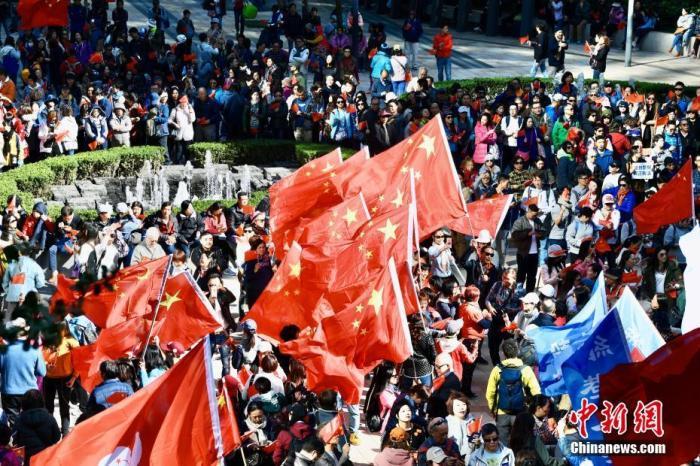 12月7日下午,数千名香港市民在香港岛港湾道花园参与爱国护港撑警活动。中新社</a>记者 李志华 摄