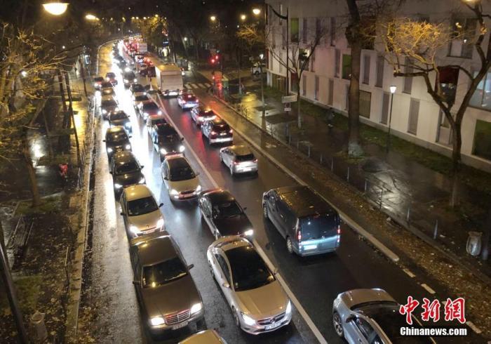 當地時間12月6日,法國大罷工持續進行。更多民眾選擇開車出行,巴黎交通陷入嚴重擁堵。6日晚,包括巴黎在內的法蘭西島大區堵車長度一度達500公里。<a target='_blank' href='http://www.msmbtz.tw/'>中新社</a>記者 李洋 攝