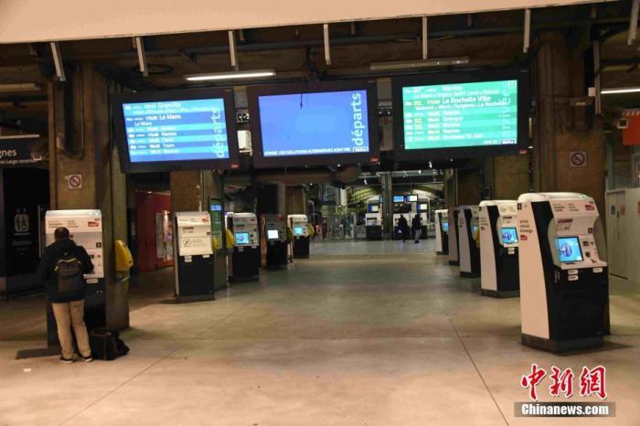 当地时间12月6日,法国大罢工持续进行。巴黎蒙帕纳斯火车站空荡冷清,乘客寥寥无几。6日晚公布的数据显示,有高达87.2%的法国火车司机当天罢工。<a target='_blank' href='http://www.chinanews.com/'>中新社</a>记者 李洋 摄