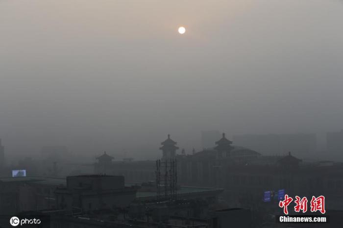 12月8日,中央气象台继续发布大雾黄色预警。预计,8日早晨至上午,河北中南部、北京东南部、河南中东部、山东北部等地有大雾。其中,河北南部、北京东南部、河南中东部、山东西北部等地的部分地区有能见度不足200米的强浓雾。图为北京大雾中的车站。图片来源:ICphoto