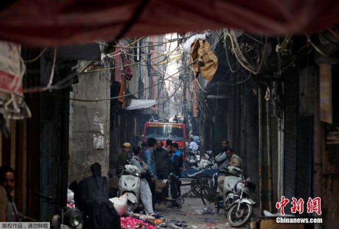 当地时间12月8日,印度德里一家工厂突发大火,救援现场烟雾弥漫。据报道,当地消防当局证实,该事故死亡人数升至43人。当地消防部门接到报警电话,随后赶到现场救援。目前,已救出56人,救援活动仍在继续。
