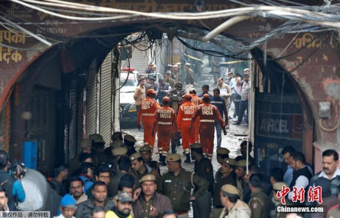 当地时间12月8日,印度德里一家工厂突发大火,救援现场烟雾弥漫。据报道,当地消防当局证实,该事故死亡人数升至43人。当地消防部门接到报警电话,随后赶到现场救援。目前,已救出56人,救援活动仍在继续。图为救援人员赶赴事故现场。
