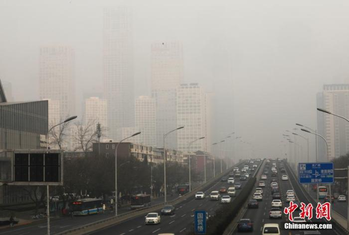 资料图:北京国贸建外SOHO在大雾中若隐若现。<a target='_blank' href='http://www.chinanews.com/'>中新社</a>记者 蒋启明 摄