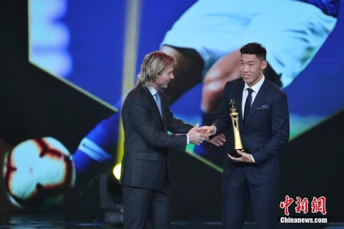 12月7日晚,2019中超联赛年度颁奖典礼在上海举行。图为中超形象大使内德维德为最佳新人奖得主朱辰杰颁奖。张亨伟 摄