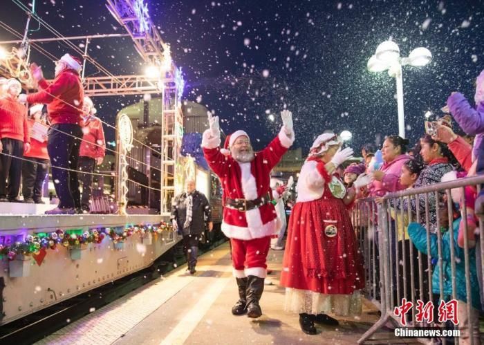 当地时间12月8日,一列装饰着圣诞元素的通勤火车驶进美国旧金山湾区米尔布雷站,吸引数百位当地民众观看。工作人员装扮成圣诞老人及各种童话角色,下车与当地儿童互动,为旧金山湾区增添了节日气氛。 <a target='_blank' href='http://www.chinanews.com/'>中新社</a>记者 刘关关 摄