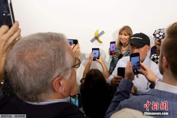 近日,美国迈阿密海滩,意大利艺术家毛里齐奥·卡泰兰的作品《喜剧演员》在巴塞尔艺术展上展出。该作品由两部分组成:一段灰色胶带及一根香蕉。据媒体报道,之前的一根香蕉被人以12万美元的价格买走,更令人惊奇的是,这已经是该艺术展上售出的第2根香蕉,而最新展出的第3根香蕉更是提价到15万美元。