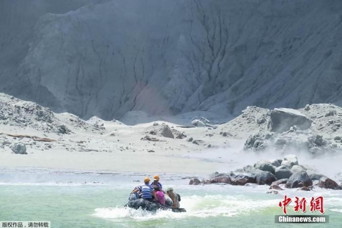 当地时间12月9日,新西兰丰盛湾怀特岛火山爆发,火山灰将海岸附近的火山灰覆盖。