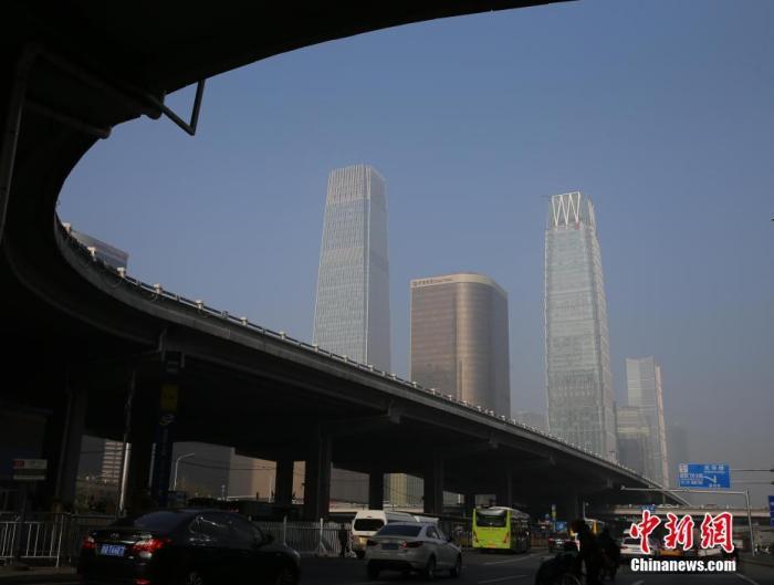 12月9日,北京出现重度雾霾天气。北京市本次的污染过程主要是近距离区域传输贡献为主,北京地源贡献为辅的推动下导致的。中新社记者 杨可佳 摄