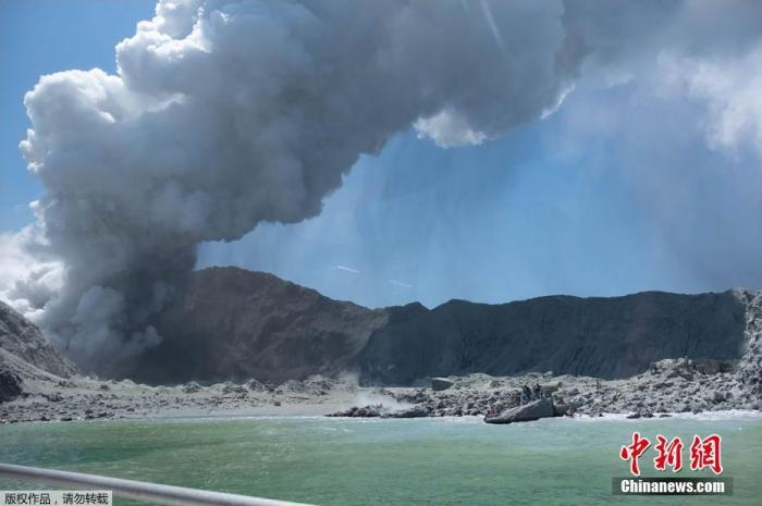 当地时间2019年12月9日,新西兰丰盛湾怀特岛火山爆发,火山灰直冲云霄。据悉,怀特岛火山是新西兰最活跃的活火山。据估计,每年有1万人上该岛参观,每天都有组织上岛的轮渡。