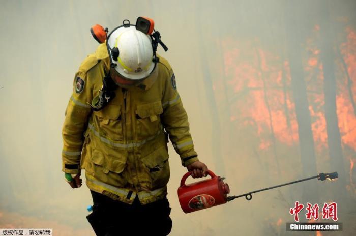 澳大利亚新南威尔士州各处还有100多处山火没有熄灭,美国与加拿大派出的消防员目前已抵达新州协助灭火,以减轻当地消防人员的压力。