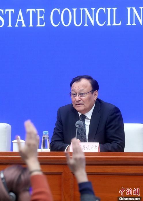 12月9日,中国国务院新闻办公室就新疆稳定发展有关情况在北京举行新闻发布会。中共新疆维吾尔自治区委员会副书记、自治区主席雪克来提•扎克尔在发布会上表示,美国的任何造谣、诬蔑和诽谤都不能扼杀新疆人权事业发展进步的现实,不能阻止新疆各族人民团结进步的脚步,更不能干扰新疆发展繁荣的进程。中新社记者 张宇 摄